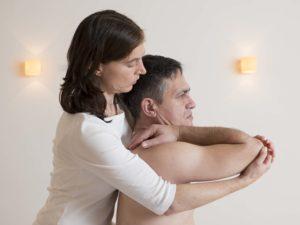 Gezielte Übungen mit Schultern und Armen lindern Schmerzen und verbessern die Beweglichkeit